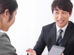 写真:話しているスーツ姿の男性と女性